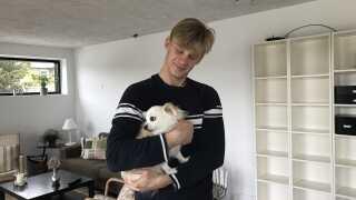 Oliver med sin hund, Charlie, i hjemmet i Kerteminde. Her bliver han, ifølge sin mor, kun boende et halvt års tid endnu.