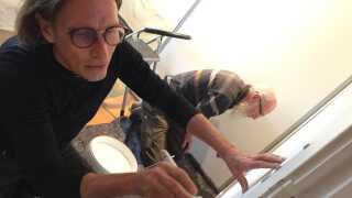 Stifter af BesseKompagniet, Claus Johannesson (tv.) er med Besse Lars Pedersen ude på én af de første opgaver. Både for at hjælpe til og for at sikre, at hans Besse-medarbejdere passer til de opgaver, de får.