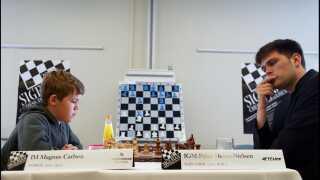 Magnus Carlsen i en 13-årig udgave i et møde i 2004 med danske Peter Heine Nielsen, der nu er nordmandens træner.
