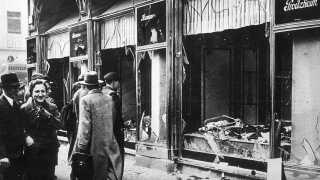 Kystalnatten 9. november 1938 skete i Tyskland og kostede næsten 100 jøder livet, og over 7.000 jødiske butikker blev smadret. Da nazisterne kom til magten i 1933, steg antallet af voldelige overgreb på jøder. Kulminationen på flere års propaganda og stigende indskrænkninger af jødernes borgerrettigheder blev Krystalnatten. Her ses en smadret butik i Berlin dagen efter angrebet.