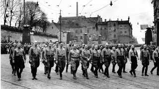 Den 9. november 1938 på 15 års-dagen for Hitlers mislykkede kup kendt som ølstuekuppet marcherede Hitler og de gamle kammerater i nazipartiet, NSDAP, gennem München fra Bürgerbräukeller til Feldherrnhalle. Om aftenen og natten ødelagde nationalsocialisterne et stort antal jødiske synagoger, kirkegårde og butikker.