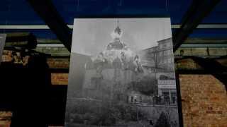 Få dage inden voldsorgiet havde en ung jøde skudt en tysk diplomat ved Tysklands ambassade i Paris. Motivet var angiveligt hævn over den måde, som hans forældre var blevet behandlet på, da de blev sat i Kz-lejr. Nazisterne brugte drabet på diplomaten til at legitimere angreb på jøder over hele Tyskland og Østrig. Nazisterne påstod, at drabet viste, at en jødisk opstand var ved at ske. Her ses et arkivfoto af en synagoge i brand i byen Glatz. Over 200 synagoger brændte over hele Tyskland den nat.