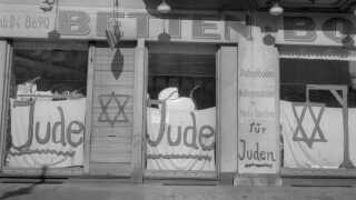Allerede inden Krystalnatten havde jøders butikker fået påmalet 'jude' og på facaderne, så tyskerne kunne se, at en jøde ejede forretningen. De blev i årene efter nazisternes magtovertagelse opfordret til ikke at handle med jøder. Billedet viser en butik i Berlin i juni 1938 - få måneder inden Krystalnatten.