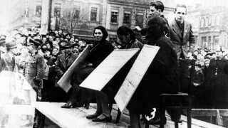 Jødiske kvinder til offentligt skue i Linz, Østrig, hvor de blev tvunget til at stå med et skilt, hvor der stod, de var blevet ekskluderet fra samfundet under Krystalnatten.