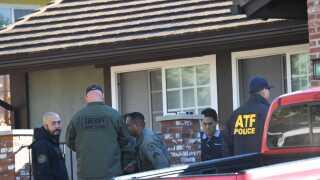 Huset, hvor den mistænkte Ian David Long boede med sin mor, blev undersøgt i går.