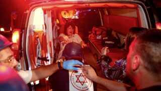 En israelsk kvinde, som er blevet såret i raketangreb fra Gaza, ankommer til hospitalet.