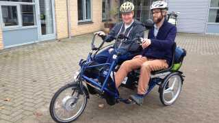 Beboer Jesper Pedersen og fysioterapeut Rasmus Enemark gør klar til at cykle ud fra Neuropædagogisk Center i Næstved.