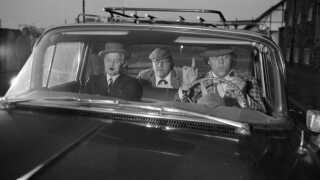 (Arkiv) Filmene om Olsen-banden var særdeles populære i det tidligere DDR. På forsædet Ove Sprogøe (Egon) og Morten Grunwald (Benny). På bagsædet Poul Bundgaard (Kjeld).