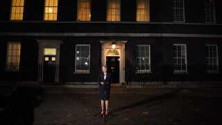 Den britiske premierminister, Theresa May, klarede den første af mange forhindringer, da hun i onsdags fik sin regerings opbakning til et udkast for en skilsmisseaftale med EU.