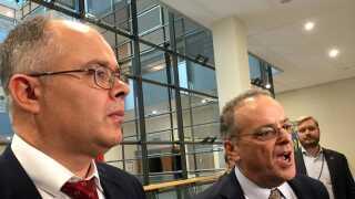 Whistleblower Howard Wilkinson flankeret af sin advokat  Stephen Kohn (til højre) i forbindelse med høringen i Europa-Parlamentet onsdag.