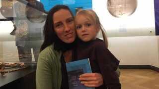 - Måske kunne man godt have arbejdet på andre måder med udstillingen, end bare at tage en kunstner ind som laver sin fortolkning af det, siger Rie Søvsø, der havde datteren Anna med på museum.