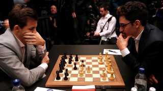 Magnus Carlsen og Fabiano Caruana ved VM i London. To mænd, der tænker. Naturligvis et kæmpe tv-hit i Norge.