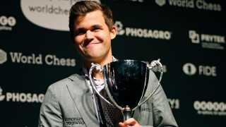 Det sympatiske geni Magnus Carlsen er hamrende populær i hjemlandet, hvor nordmændene i stor stil følger den 28-åriges utrolige bedrifter ved skakbrættet.
