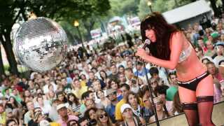 En stadig mørkhåret Lady Gaga ses her under en optræden på den amerikanske festival Lollapalooza i 2007. Det var året inden, hun udgav sit første album 'The Fame'.