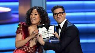 Det er Sandra Oh og Andy Samberg, der skal være værter på showet i 2019. Her ses de tidligere på året, hvor de uddelte en Emmy.