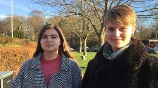 19-årige Martyna Madejska (tv.) og Alberte Mathiesen er nogle af de unge, som har konstateret, at klistermærker er en direkte invitation til handel med stoffer.
