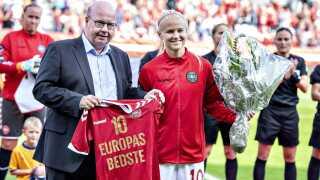 DBU gav Pernille Harder en hyldest for kåringen til Europas bedste spiller. Den blev overrakt af DBU formand Jesper Møller før kvindelandsholdets VM-kvalifikationskamp mellem Danmark og Sverige i september.