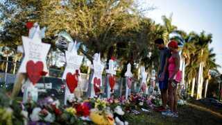 Overlevende fra skoleskyderiet i Florida mindes de døde.