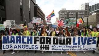 Tusindvis af skoleelever over hele USA droppede undervisningen og deltog i demonstrationen for skrappere våbenkontrol.