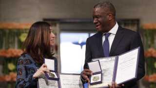 Både Denis Mukwege og Nadia Murad har bidraget betydeligt til at bekæmpe denne type krigsforbrydelser ved at synliggøre de lidelser, der har ramt kvinder i Irak, Congo og alle andre steder i verden, hvor seksuel vold bliver brugt som et våben, lød det fra formanden for nobelkomitéen.