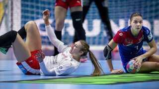 Danmarks Line Haugsted og Ruslands Daria Dmitrieva under EM kampen mellem Danmark-Rusland i Nantes, mandag den 10 december 2018. (Foto: Liselotte Sabroe/Scanpix 2018)