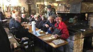 12 tidligere smede til morgenkaffe i Rønne. Det hænder, at de er flere end 30. (Foto: Jens Ørberg © DR Bornholm)