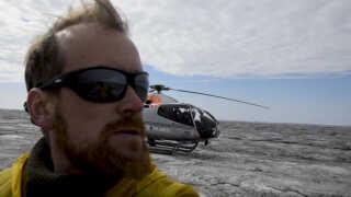 Jason Box på Indlandsisen, som er farvet mørk af blandt andet støv og alger.