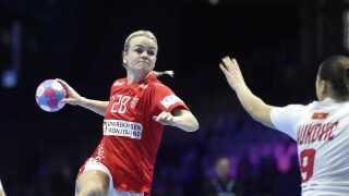 Stine Jørgensen skyder på mål i EM-opgøret mod Montenegro.
