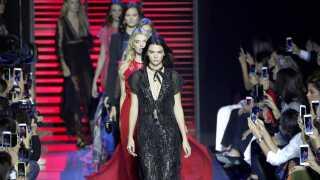Kendall Jenner har ifølge Forbes tjent adskillige millioner på modelarbejdet i perioden juni 2017 til juni 2018. Her er hun i front på catwalken.