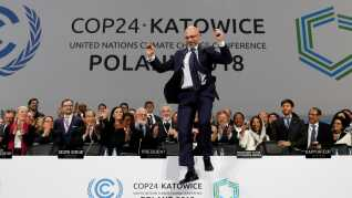 Jublen ville ingen ende tage, da den polske forhandlingsleder, Michal Kurtyka, præsenterede aftalens hovedpunkter lørdag aften. Her ses han midt i et sejrs-hop.