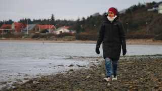 Sara Musu bor ned til vandet i Glyngøre og går dagligt ture på stranden.