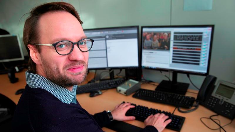 Claes Emil Holmberg skal tekste midnatsmessen live fra Rom på juleaften. I hans afdeling skiftes teksterne til enten at være på arbejde juleaften eller nytårsaften.