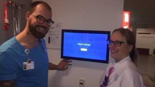 Sygeplejerske Rune Kirk Johansen og social- og sundhedsassistent Charlotte Jensen er tilfredse med det nye gps-system, der hjælper dem med at finde forsvundet udstyr på hospitalsgangene.
