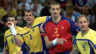 OL 2000 i Sydney. Semifinale i herrehåndbold Sverige - Spanien 32 - 25. Andrej Tjepkin i kamp på stregen med Magnus Wislander.