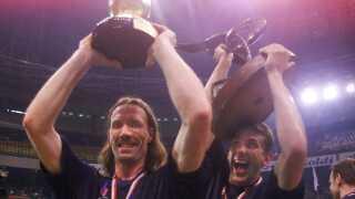 Staffan Olsson og Markus Wislander fejrer deres andet VM-guld efter triumfen i 1999 i Egypten.
