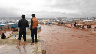Vandet er væltet ind i flygtningelejre i den nordvestlige del af Syrien.