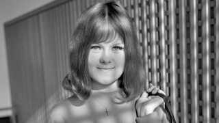 For Daimi Augusta Larsen, der i dag hedder Daimi Gentle, blev et TV-program tirsdag den 11. april 1961 klokken 20.20 på DR's dengang ene TV-kanal helt afgørende. For Daimi - der fyldte 75 år den 1. januar, men dengang kun var 17 år - blev med et slag berømt, da DR's Mogens Vemmer og Grete Hemmeshøj lavede deres program 'Vi unge' i Esbjerg og lod Daimi synge nummeret 'Travelling Light' siddende i et spejdertelt i Centralmagasinet i byen. DR havde henvendt sig til ungdomsklubber i Esbjerg, og Daimi var egentlig kun kommet med i programmet, fordi hun var på dekorationsholdet i ungdomsklubben, men Grete Hemmeshøj fik hende til at synge. Og det blev mildest talt bemærket. Daimi blev øjeblikkelig et kendt navn, og - som hun selv fortalte det til vært Michael Juul Sørensen i P3-programmet 'Det lyserøde hus' i 1994, betød det allerede et tilbud om pladekontrakt dagen efter. Siden har hun ikke været af vognen, som hun selv udtrykker det.
