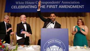 Komikeren Hasan Minhaj (i midten) optrådte sidste år ved Det Hvide Hus' årlige korrespondentmiddag.