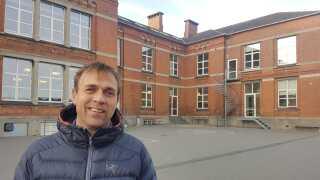 Mange børn på den fynske skole Birkhovedskolen i Nyborg har forældre, som hver dag pendler med toget mellem Fyn og Sjælland. Da eleverne hørte om togulykken, fik flere af dem hjælp til at ringe til mor eller far, fortæller skoleleder Carsten Højgaard.