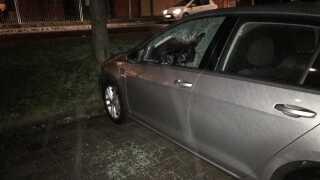 Der var fyldt med glasskår på parkeringspladsen, hvor 52 biler fik ødelagt en rude natten til mandag.