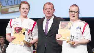 Sådan så det ud, da Ida Kaalund (til højre) og Louise Nyby Lisberg vandt DM i Skills for sosu-assistenter i 2018, hvor de fik overrakt diplomet af Lars Løkke Rasmussen.