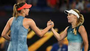 Maria Sharapova of Russia og Caroline Wozniacki siger tak for kampen efter en underholdende kamp.