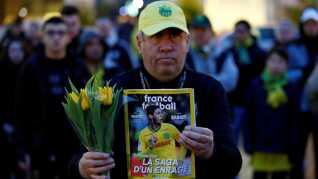 En fan af Nantes holder et magasin med Emiliano Sala på forsiden.