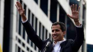 Oppositionsleder Juan Guaido erklærede sig selv som midlertidig præsident i landet under en demonstration i går.