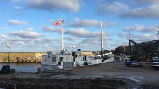 """Havnen i Gudhjem, hvor postbåden """"Peter"""" sejler ud én gang om dagen i retning mod Christiansø."""