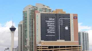 Det store banner, som Apple fik hængt forud for en stor teknologimesse i Las Vegas tidligere i starten af året. Budskabet var klart: Apple værner om brugernes sikkerhed - i modsætning til visse andre tech-virksomheder.