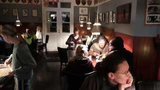 Christiansø-boerne arrangerer fællesspisning i vintermånederne. Her kan de nyde hinandens selskab, når der nu ikke er turister i vinterhalvåret.