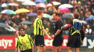 Peter Mikkelsen, der her giver OBs Steen Nedergaard det røde kort, anses af mange for at være Danmarks bedste fodbolddommer nogensinde.