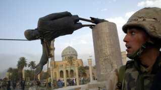 En statue af den tidligere irakiske diktator Saddam Hussein væltes i det centrale Bagdad i 2003.