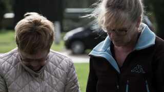Bente Mortensen sammen med sin datter, Susanne Hansen, der betragtede Venny Mortensen som sin far, selvom han ikke var hendes biologiske far.